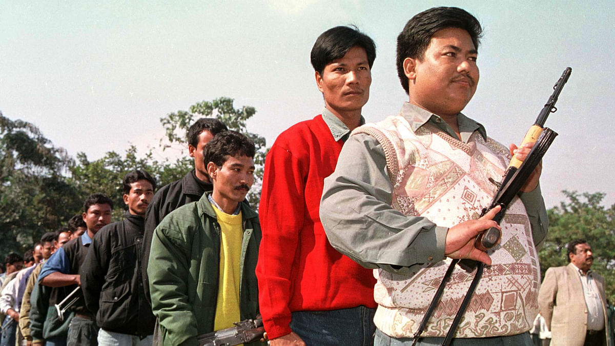Guerrillas of the National Democratic Front of Bodoland queue with their arms to surrender before the authorities in Guwahati in the northeastern state of Assam on December 31, 1999. (Photo: Reuters)