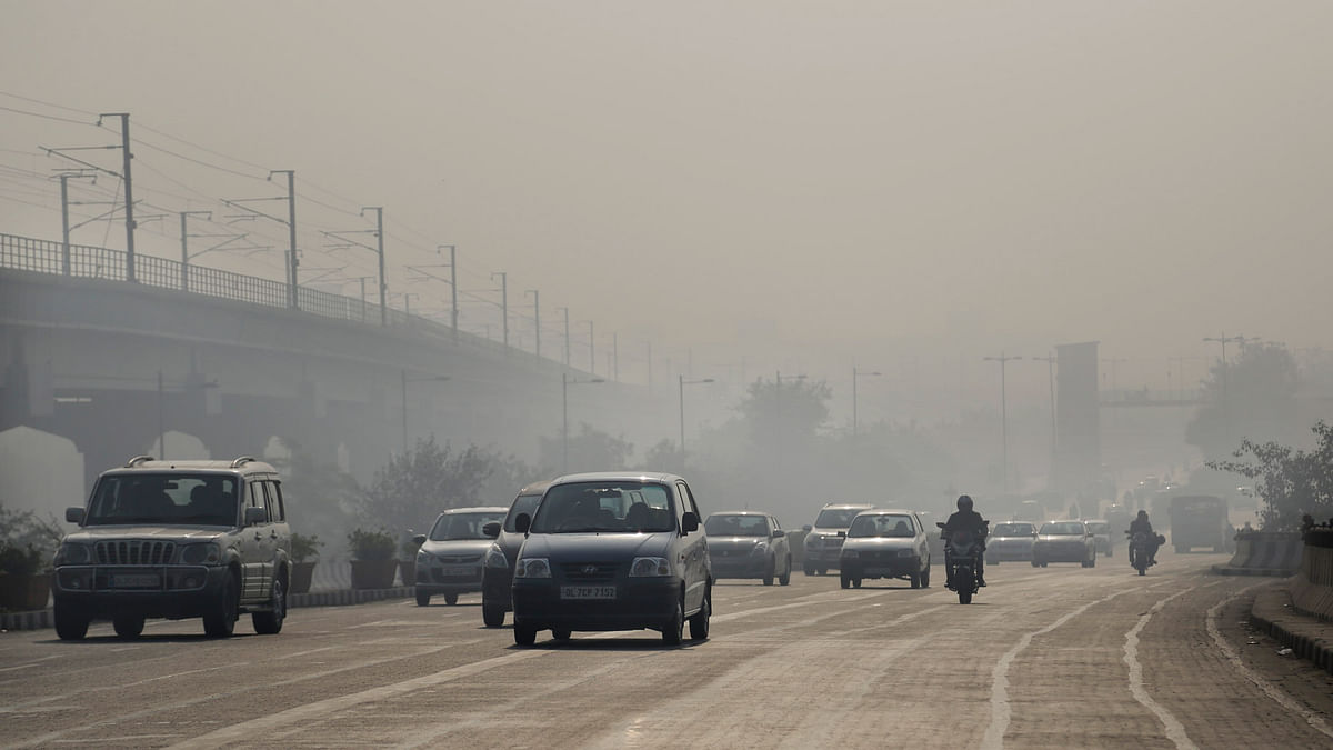 Vehicles move through morning smog on the first day of a two-week experiment to reduce the number of cars to fight pollution in New Delhi,   January 1, 2016. (Photo: AP)