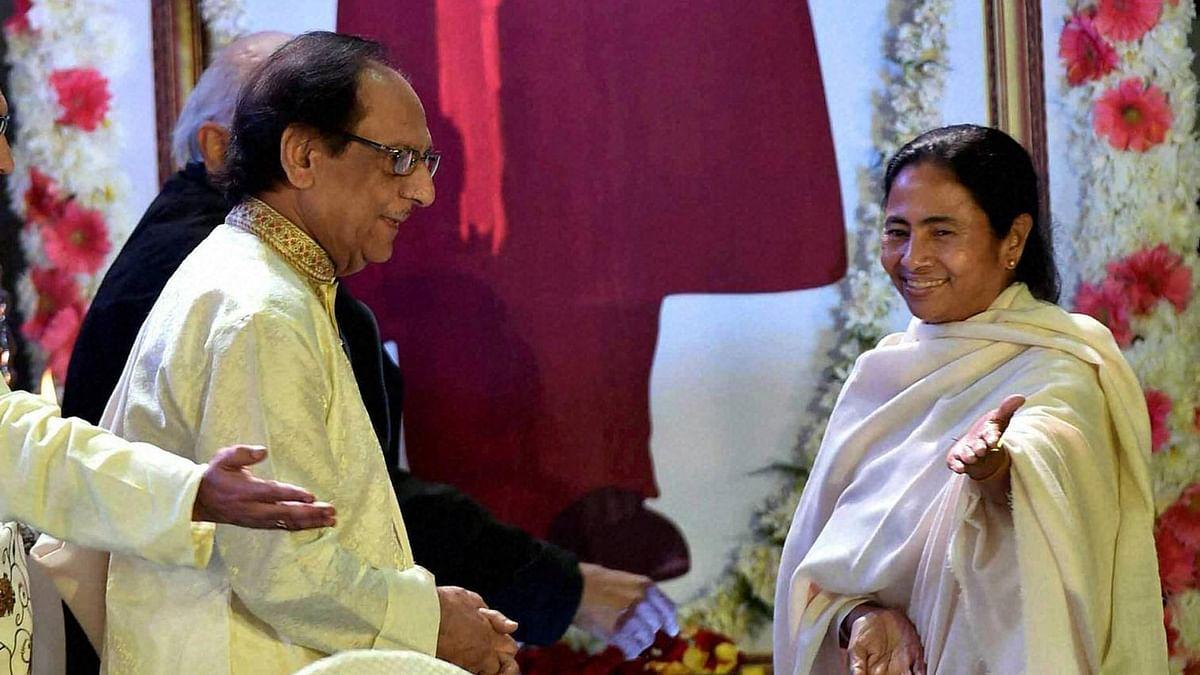 Ghazal maestro Ghulam Ali received by CM Mamata Banerjee at the Netaji Indoor stadium in Kolkata on 12 January. (Photo: PTI)