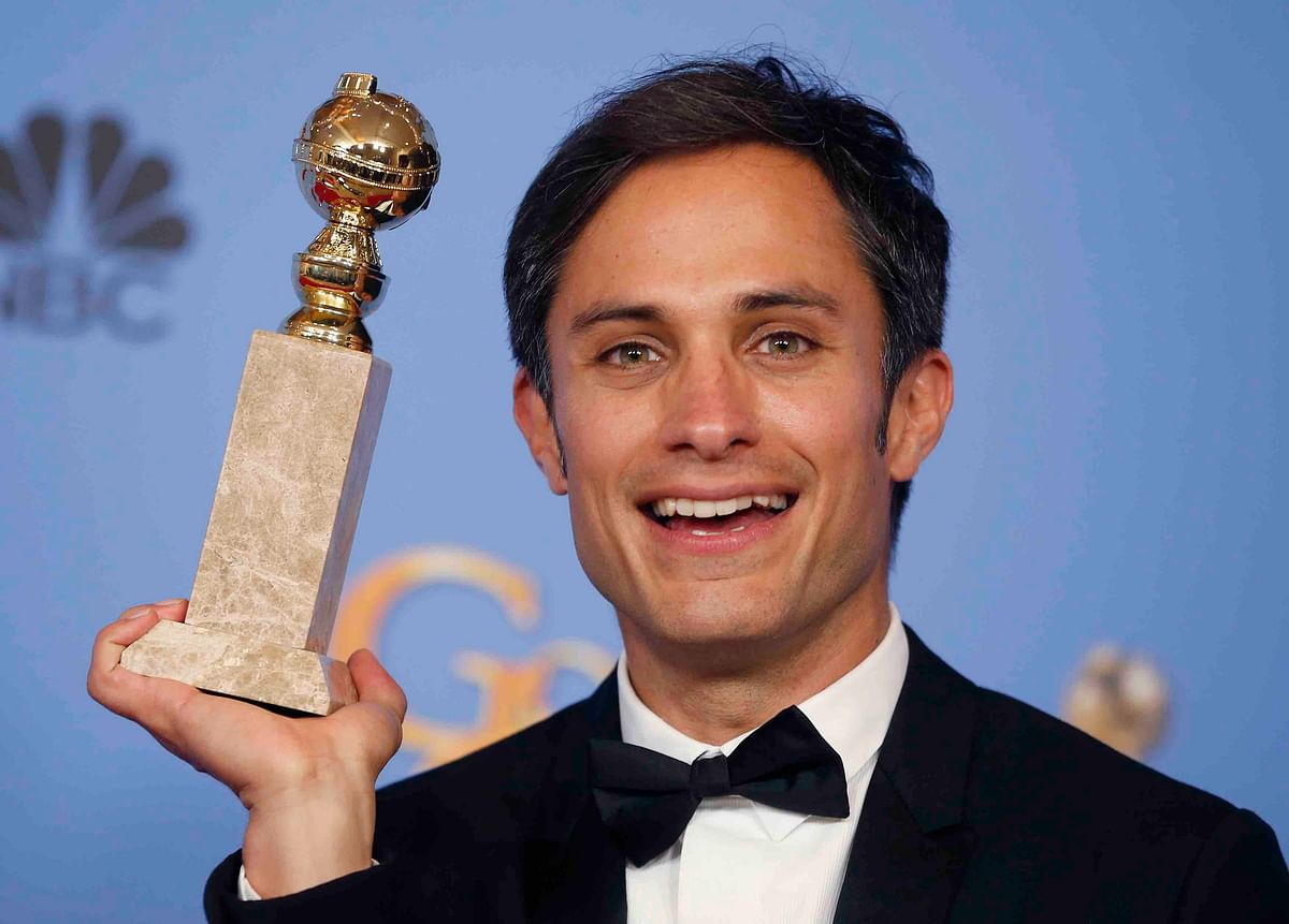 """Actor Gael Garcia Bernal poses backstage with the award for Best Performance by an Actor in a Television Series - Musical or Comedy for his role in """"Mozart in the Jungle"""" at the 73rd Golden Globe Awards in Beverly Hills, California (Photo: Reuters)"""