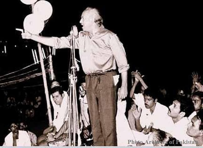 "Z.A. Bhutto addressing a leftist student rally in Karachi in1970. (Photo: Facebook/<a href=""https://www.facebook.com/303855399725059/photos/pb.303855399725059.-2207520000.1452012857./644867638957165/?type=3&amp;theater"">Photo Archives of Pakistan</a>)"