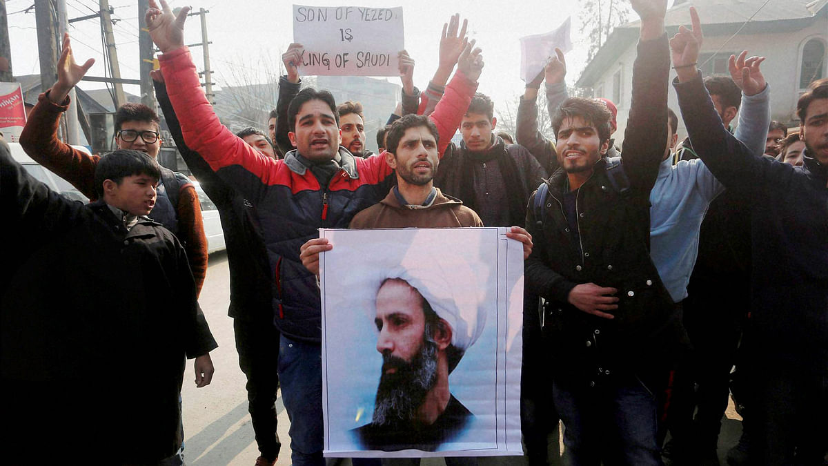 Kashmiri Shia protesters holding photograph of prominent Shia cleric Sheikh Nimr al-Nimr who was executed by Saudi Arabia Government. (Photo: PTI)