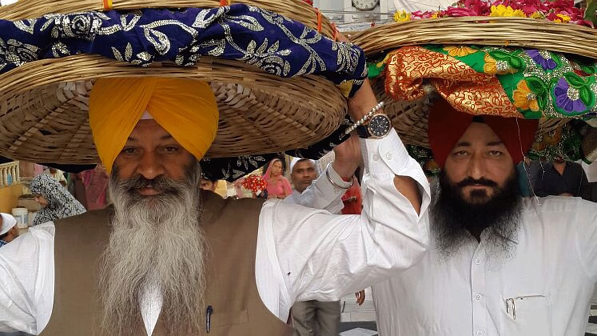 Gurdaspur SP Salwinder Singh (right) in the company of Sucha Singh Langah, a minister in the cabinet of Punjab Chief Minister Parkash Singh Badal, at a dargah. (Photo: <b>The Quint</b>/Chandan Nandy)