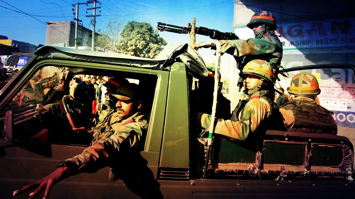 Armed forces during the counter-terror operation in Pathankot  (Photo altered by  <b>The Quint</b>)