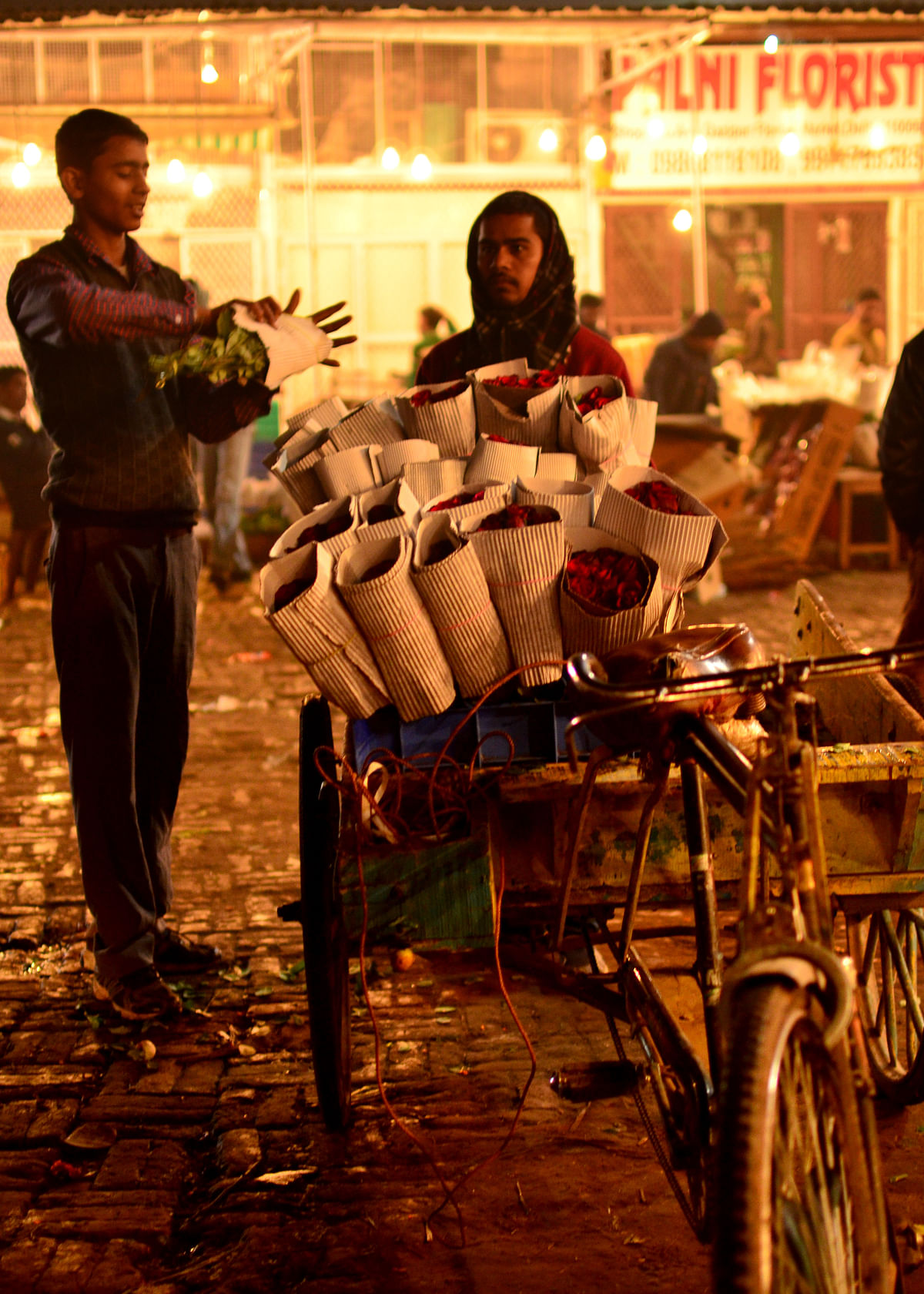 Dealers have created a standard of packing flowers in the market, to maintain uniformity. (Photo: Prashant Chahal/<b>The Quint</b>)