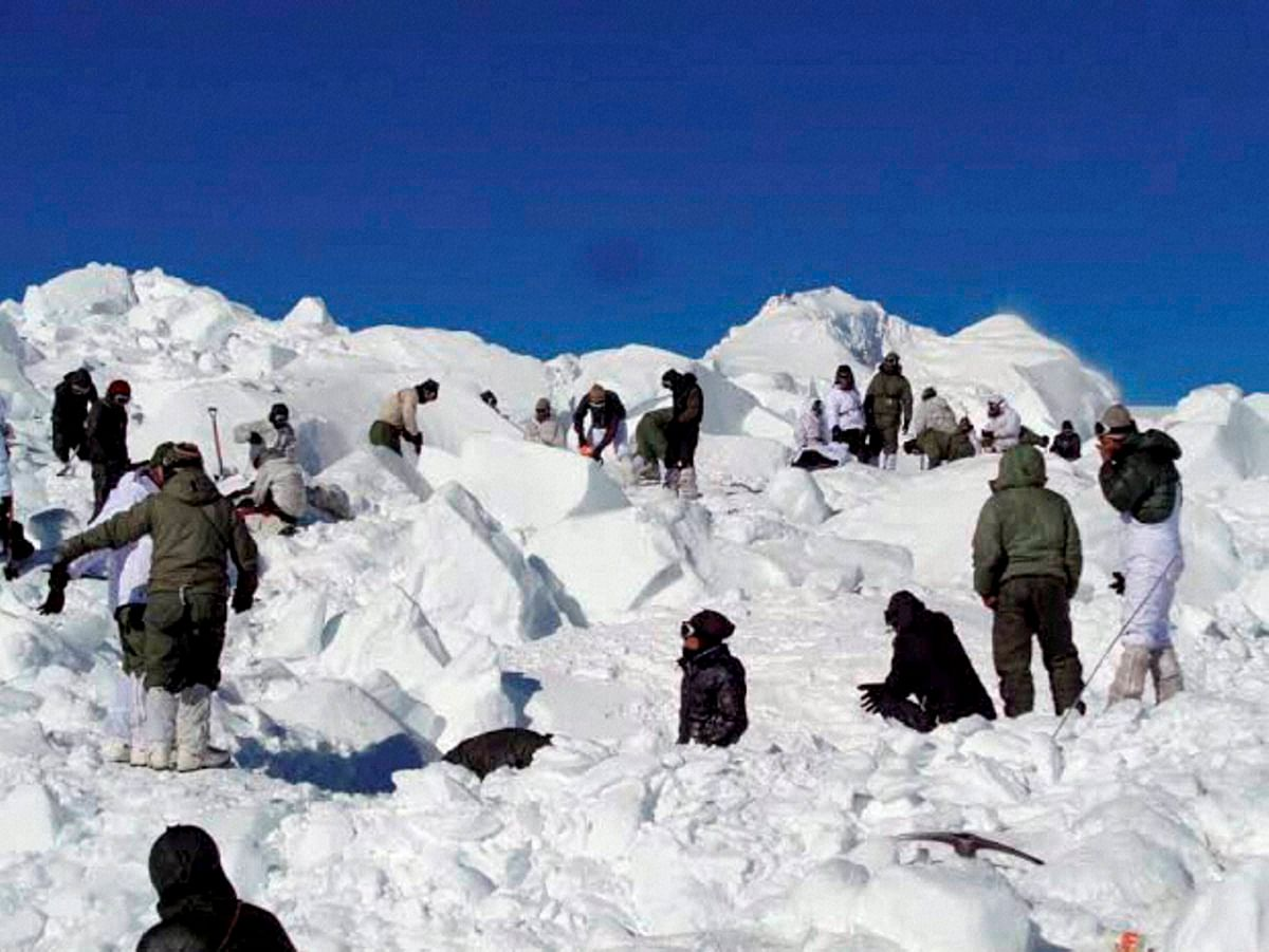 Specialised rescue teams carrying out the operations to search for the bodies of the soldiers hit by an avalanche in Siachen on Tuesday. (Photo: PTI)