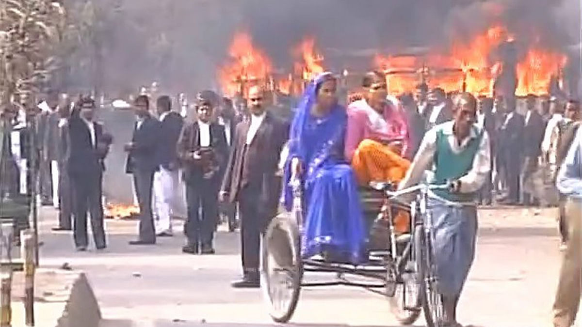 Lawyers protest against inaction of cops over murder of an advocate (Photo: ANI)