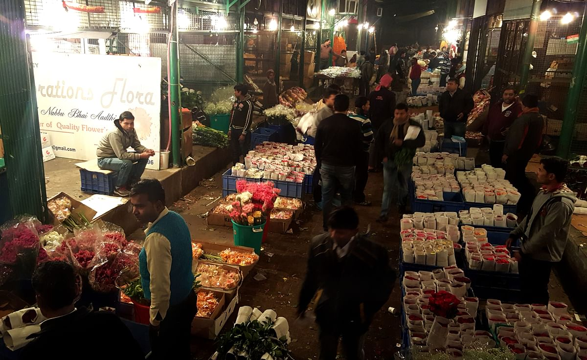 Most of the flowers in the market come via trucks or trains. (Photo: Prashant Chahal/<b>The Quint</b>)