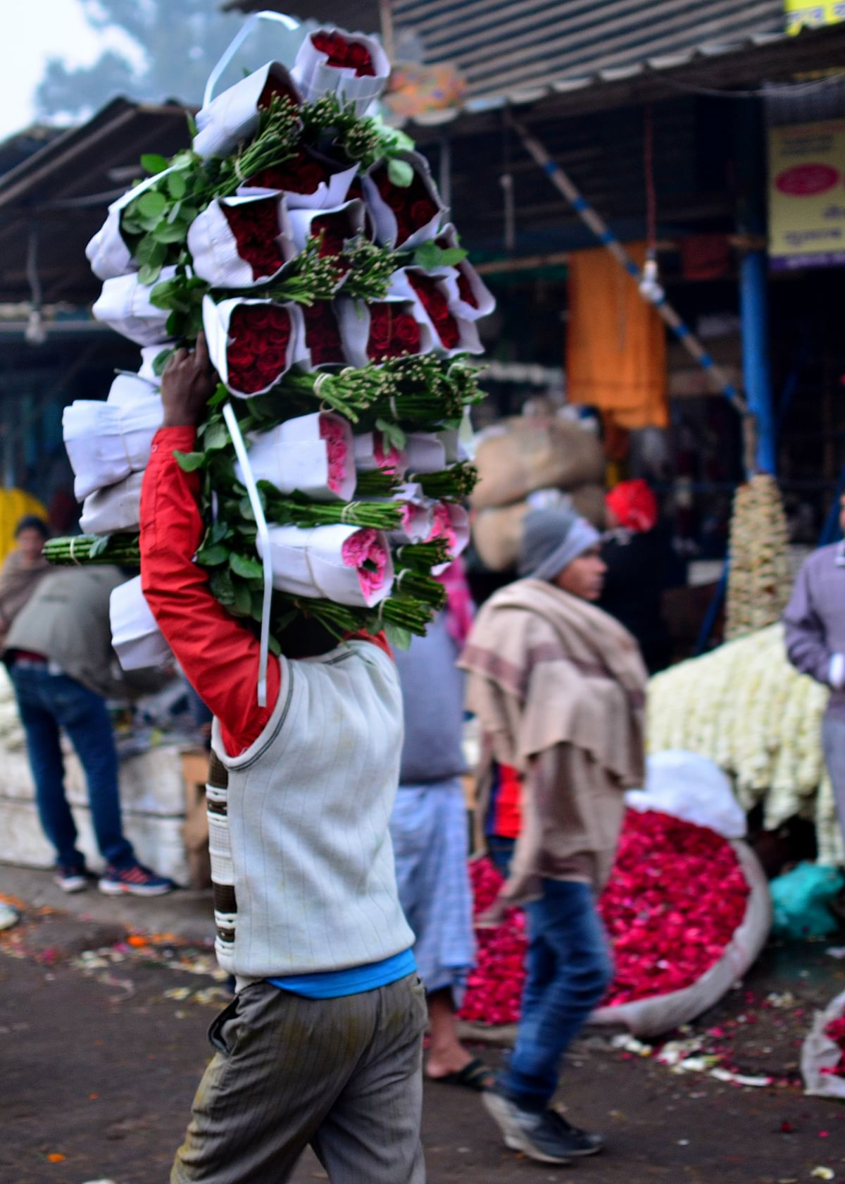These shopkeepers do not buy more than 8-10 bundles per day. (Photo: Prashant Chahal/<b>The Quint</b>)