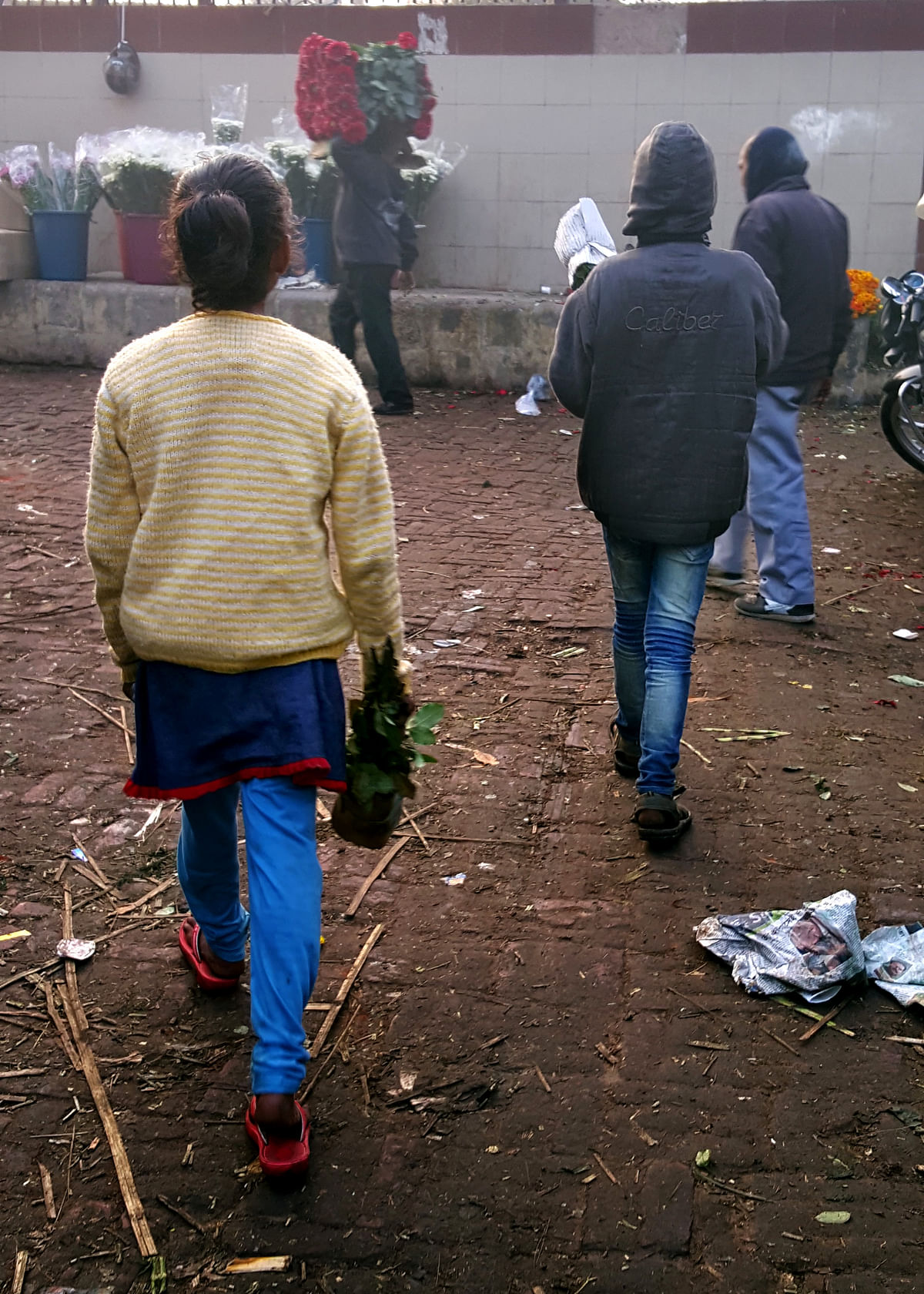 The workers at the flower market call this 'waste management by kids'. (Photo: Prashant Chahal/<b>The Quint</b>)
