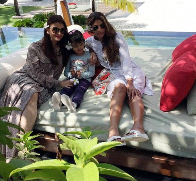 "Aishwarya, Aaradhya and Shweta Bachchan pose while enjoying their vacation (Photo: <a href=""http://srbachchan.tumblr.com/"">Amitabh's Blog</a>)"
