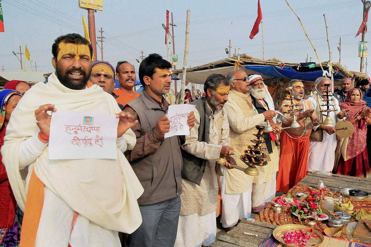 Devotees pray for  Lance Naik Hanumanthappa Koppad  on the river bank of Ganga in Allahabad. (Photo: PTI)