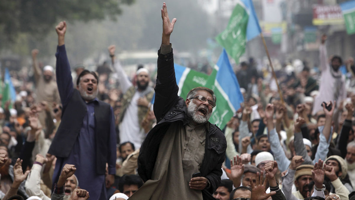 Supporters of Jamaat-e-Islami, a Pakistani religion-based political party, shout slogans as they protest the Bangladesh government's execution of its leaders, in Lahore, Pakistan, 29 November  2015. (Photo: Reuters)