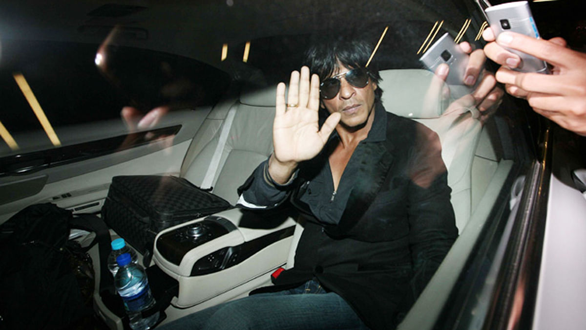 Shah Rukh Khan drives out of a promotional event (Photo: Yogen Shah)