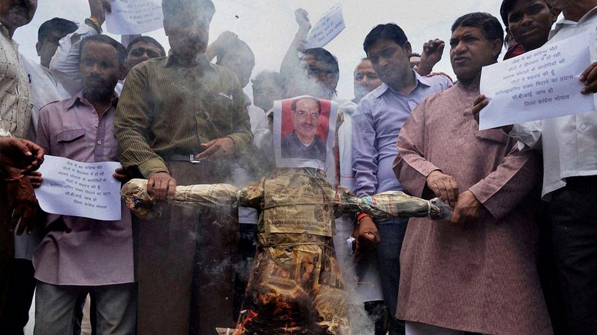 Congress activists burning an effigy of Madhya Pradesh Chief Minister Shivraj Singh Chouhan over Vyapam scam (Photo: PTI)