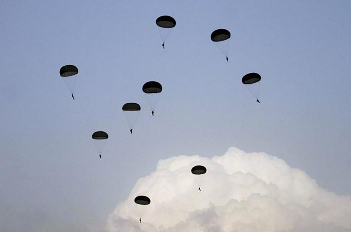 Indian soldiers jump out of aircrafts during exercise 'Iron Fist' in Pokhran.      (Photo: AP)