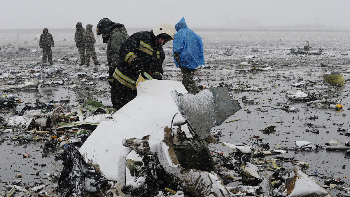 Russian Emergency Ministry employees investigate the wreckage of a crashed plane at the Rostov-on-Don airport, about 950 kilometers (600 miles) south of Moscow, Russia Saturday, March 19, 2016. (Photo: AP)