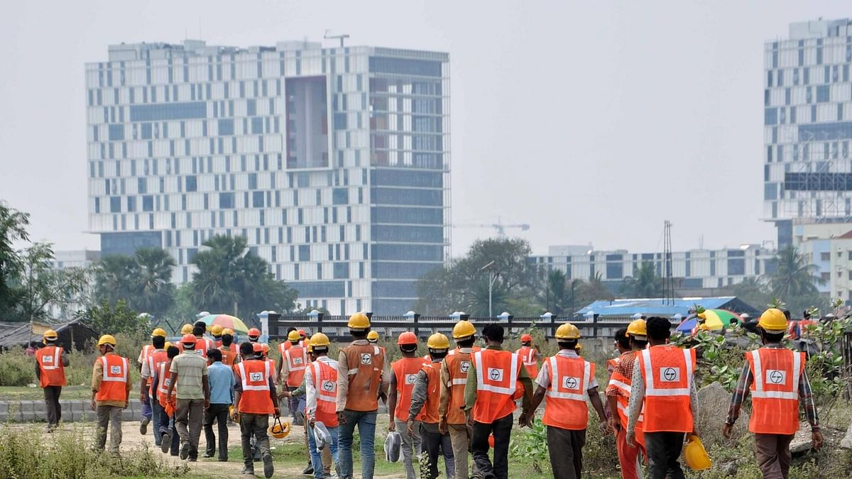 An army of construction workers during lunch break in Kolkata. (Photo: IANS)