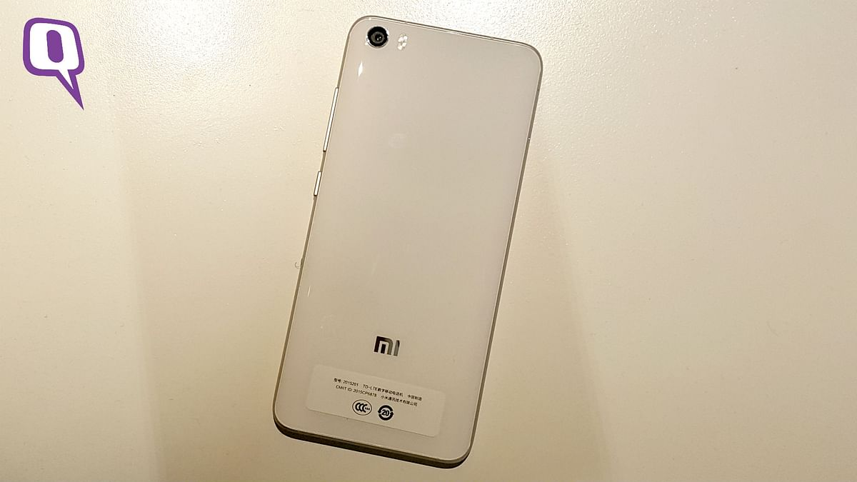 The glass back body of the Mi 5 is slippery. (Photo: <b>The Quint</b>)
