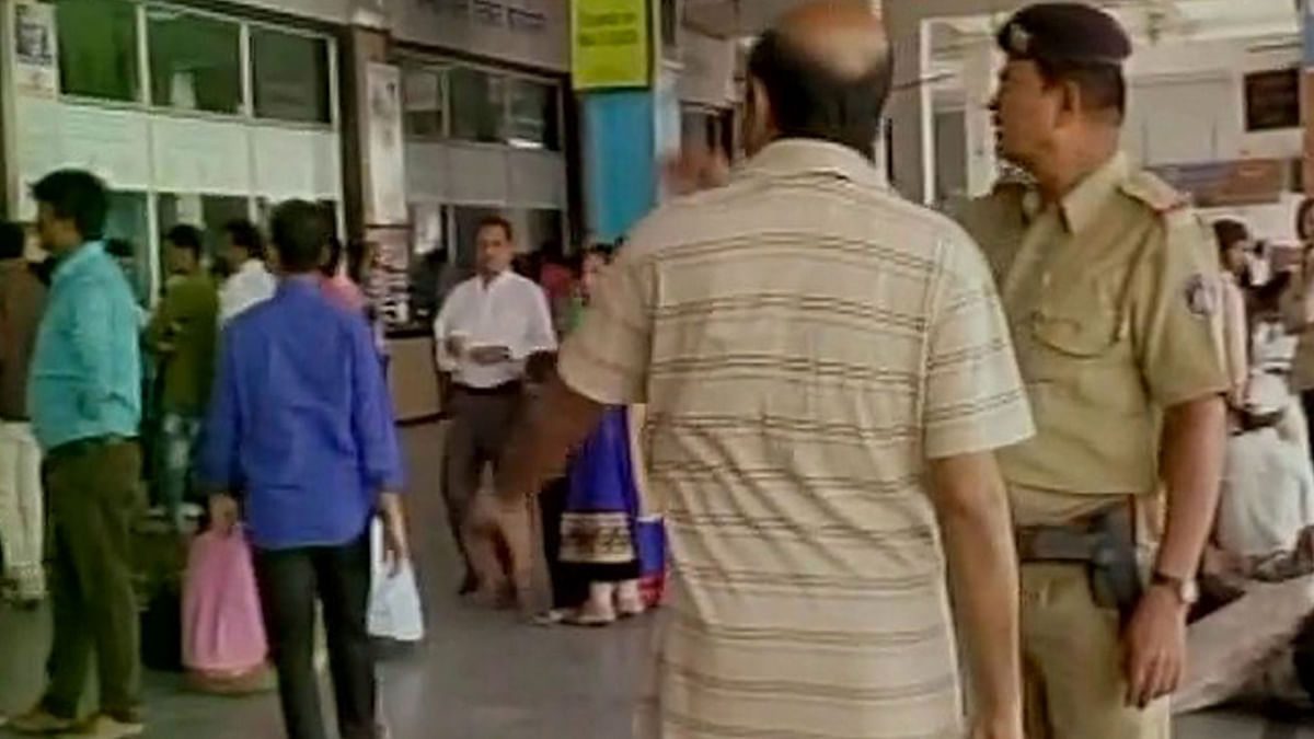 QAhmedabad: Man Held With Knife at Airport; Druggie's Bomb Hoax