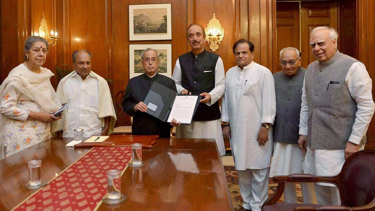 Congress delegation meets President Pranab Mukherjee. (Photo: PTI)