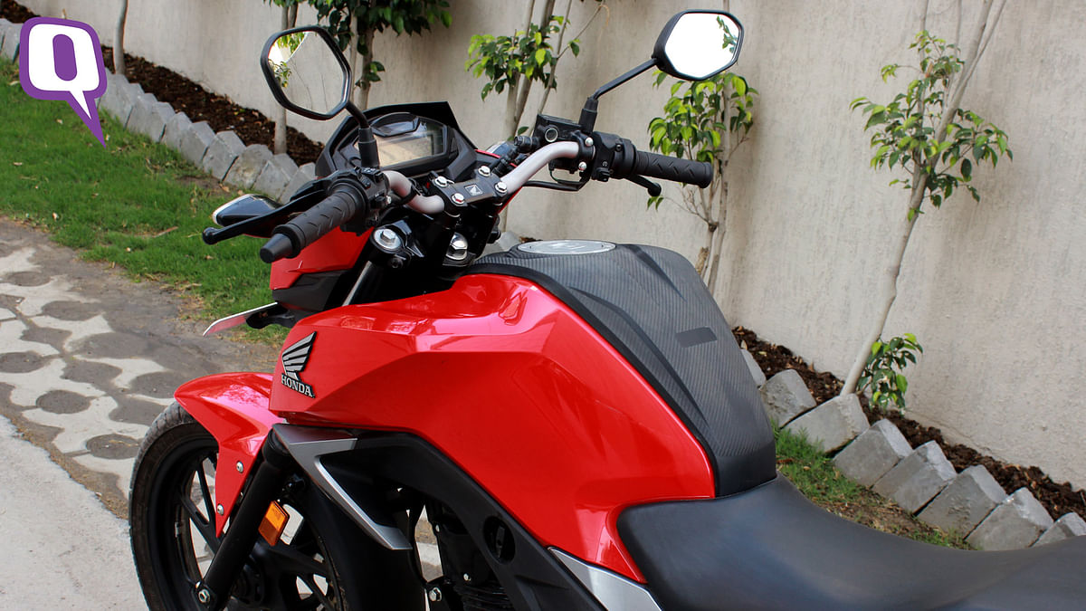 The black cladding on the fuel tank stands out on the Honda CB Hornet 160R. (Photo: <b>The Quint</b>)