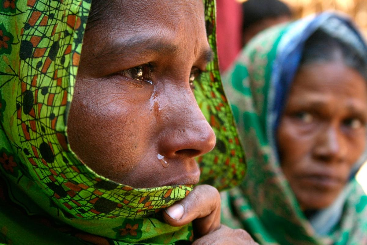 Farida Bibi (left), the elder sister of 17-year-old boy Sheik Sailm who died in political clashes, cries in Nandigram, about 150 km  north of Kolkata, 8 January 2007. (Photo: Reuters)