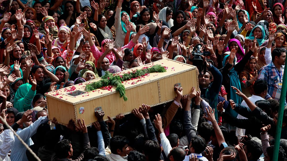 Christians carry the coffin of one of the victims killed by a suicide attack on a church, during his funeral in Lahore, March 17, 2015. (Photo: Reuters)