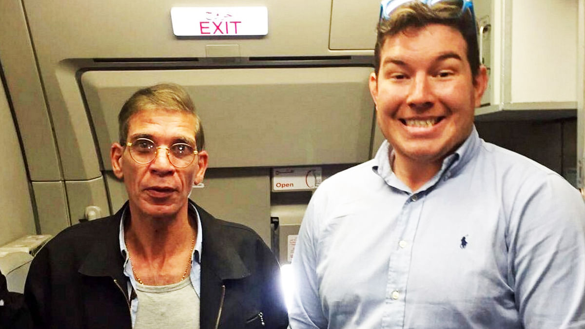 """The hijacker (left) and a hostage (right). (Photo: Twitter/<a href=""""https://twitter.com/Journo_Paul"""">@Journo_Paul</a>)"""