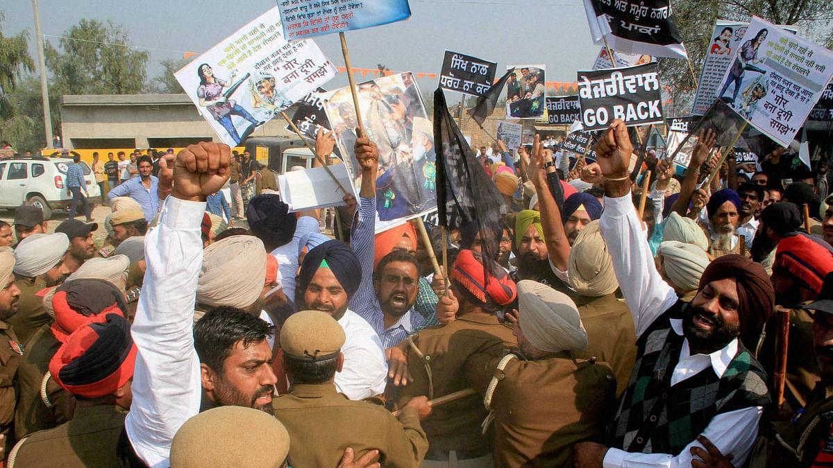 Activists of the Shiromani Akali Dal waving black flags at Delhi Chief Minister Arvind Kejriwal during his rally at village Paaka in Fazilka, Punjab, 26 February  2016. (Photo: PTI)