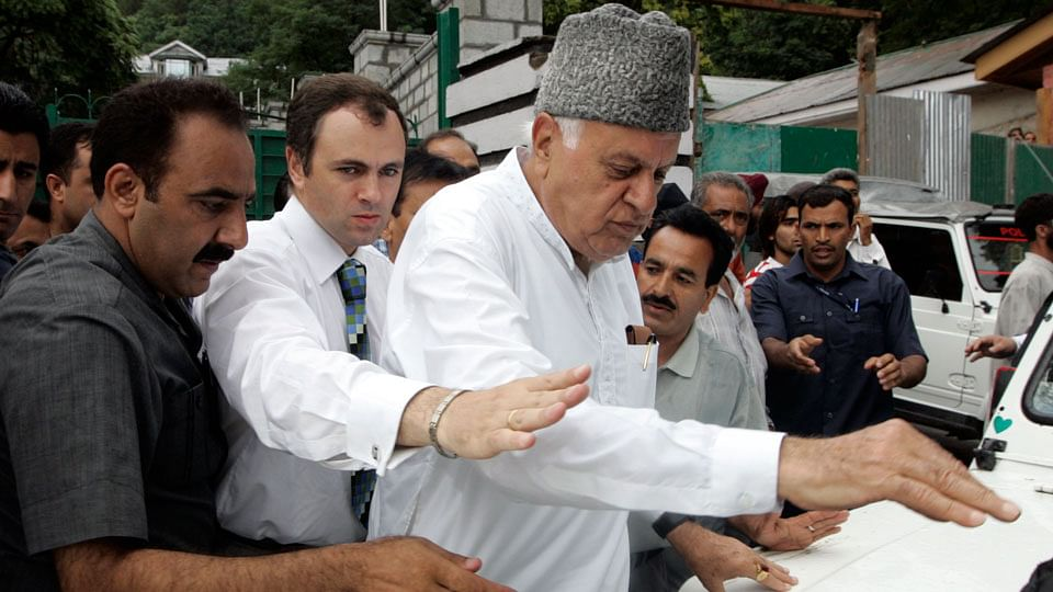 Former Chief Ministers Farooq Abdullah called a meeting to resolve issues in Kashmir on Friday. (Photo: Reuters)