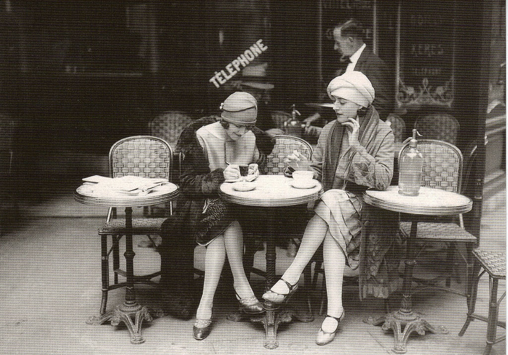 """The magnificent café culture has lasted through the ages. (Photo Courtesy: <a href=""""http://hemingwaysparis.blogspot.in/2011/10/some-more-paris-cafe-scenes.html"""">hemingwaysparis.blogspot.in</a>)"""