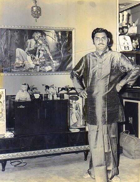 A rare picture of Anand Bakshi at home (Photo courtesy: Pinterest)