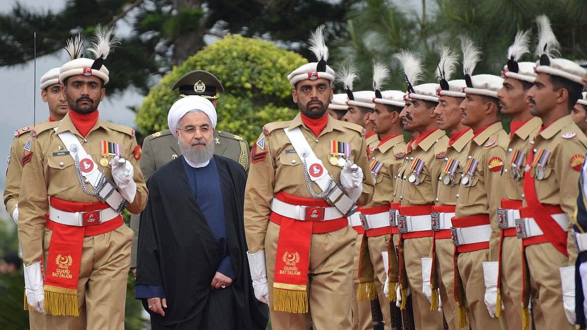 ranian President Hassan Rouhani, second from left, reviews the guard of honour in Islamabad, Pakistan, March 25, 2016. (Photo: AP)