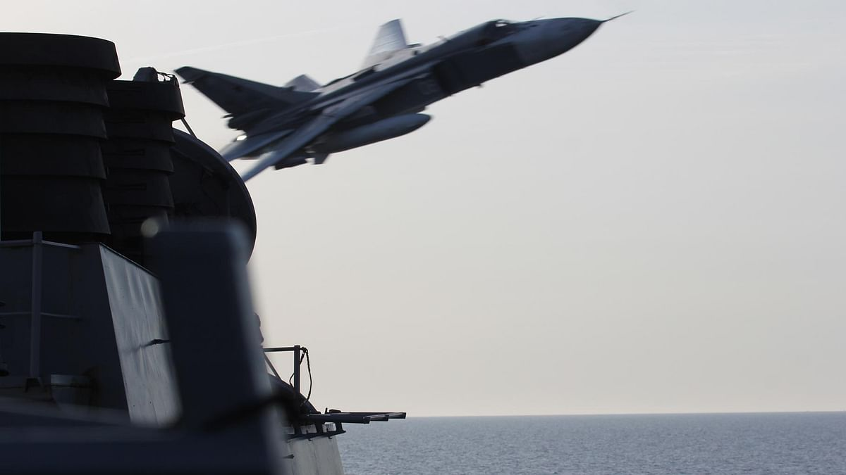 In this image released by the US Navy, a Russian SU-24 jet makes a close-range and low altitude pass near the USS Donald Cook on Tuesday, April 12, 2016, in the Baltic Sea. (Photo: AP)