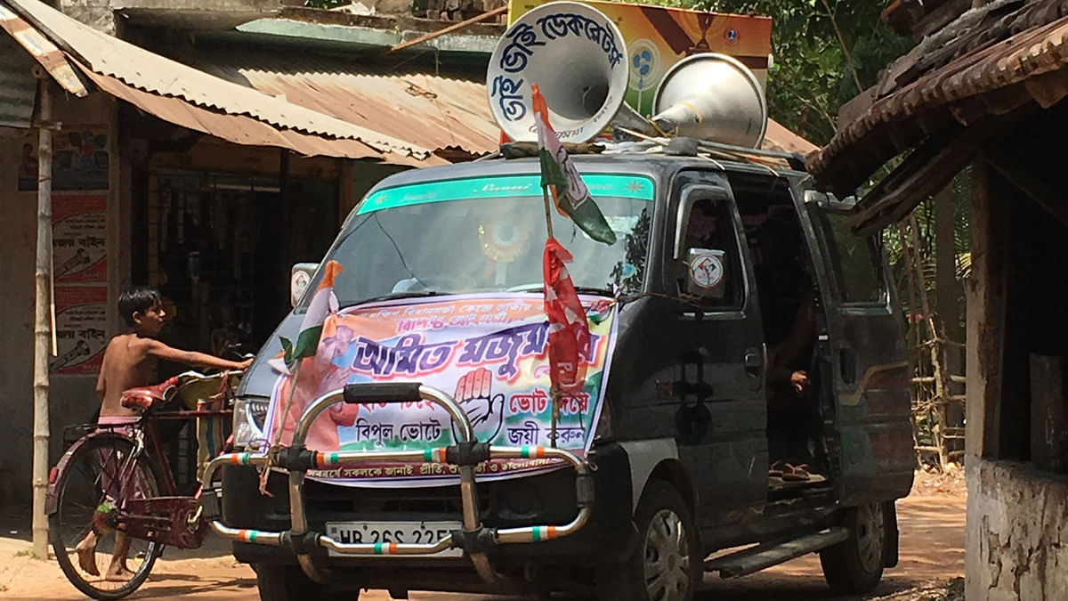 A 'blasting' Congress election van enters the village square. Village elders astutely read into the agendas of political parties yet their choices are reduced to voting between two evils. (Photo: Priya Virmani/<b>The Quint</b>)