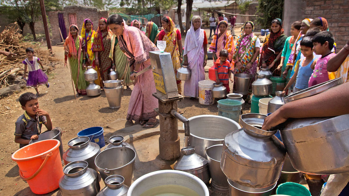 Villagers filling water in Khomnal village of Mangalwheda Taluk, Solapur district in Maharashtra. (Photo Courtesy: Subrata Biswas/Greenpeace)