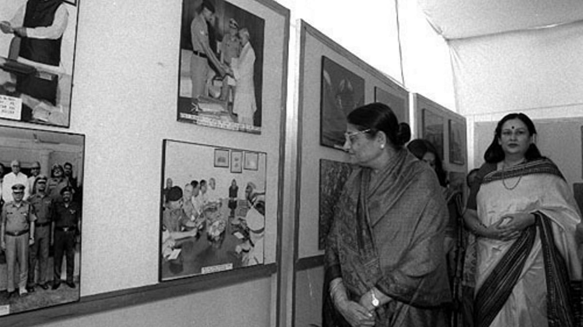"""File photo of Kamla Advani, veteran BJP leader LK Advani's wife at an exhibition in Delhi on 28 October 1999. (Photo Courtesy: <a href=""""http://pib.nic.in/archieve/phtgalry/pg1099/pg28oc99/2810992.html"""">PIB</a>)"""