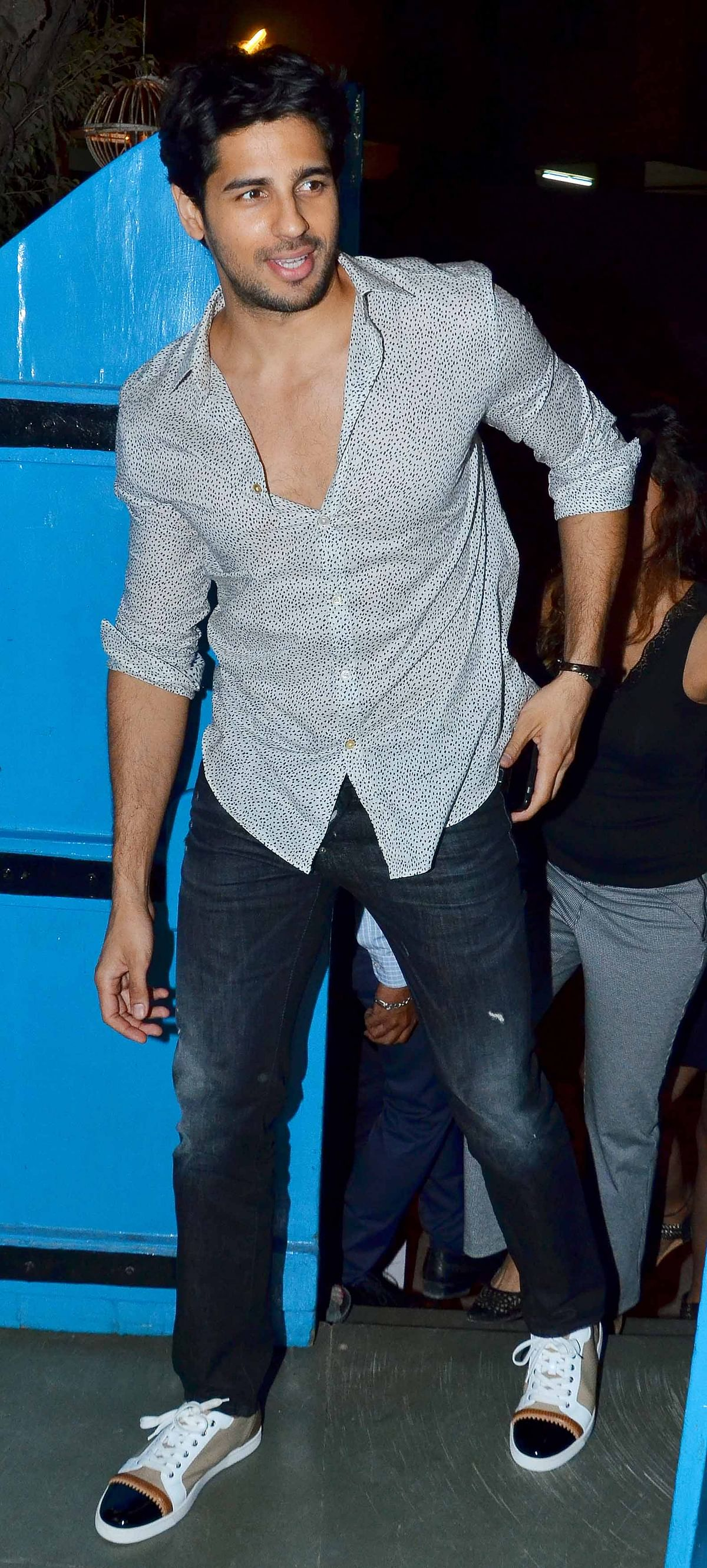 Sidharth Malhotra steps out for the shutter bugs (Photo: Yogen Shah)