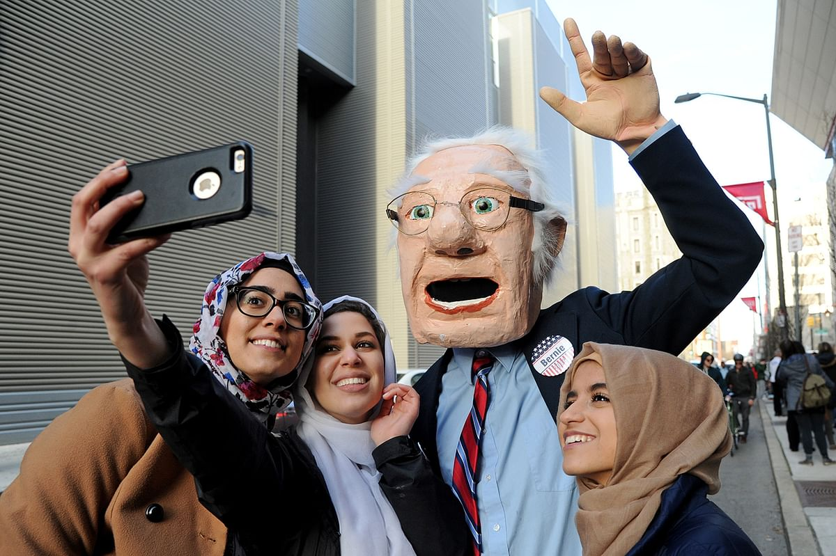 Students of Temple University pose for a selfie with Dennis Meserole (wearing giant Bernie Sanders head). (Photo: AP)
