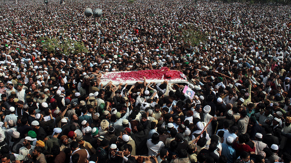 Thousands of people attend a funeral of Pakistani police officer Mumtaz Qadri, the convicted killer of a former governor, in Rawalpindi. (Photo: AP)