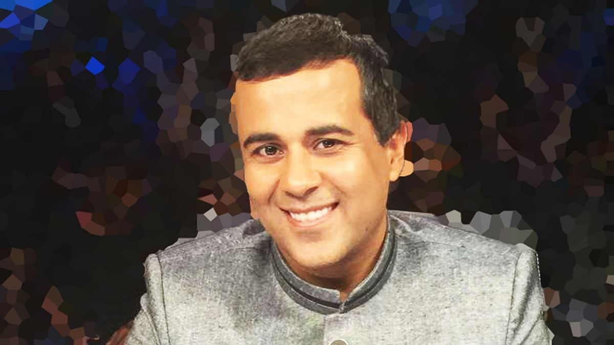 "Happy 42nd birthday, Chetan Bhagat! (Photo Courtesy: <a href=""https://www.facebook.com/chetanbhagat.fanpage/photos"">Facebook</a>/altered by <b>The Quint</b>)"