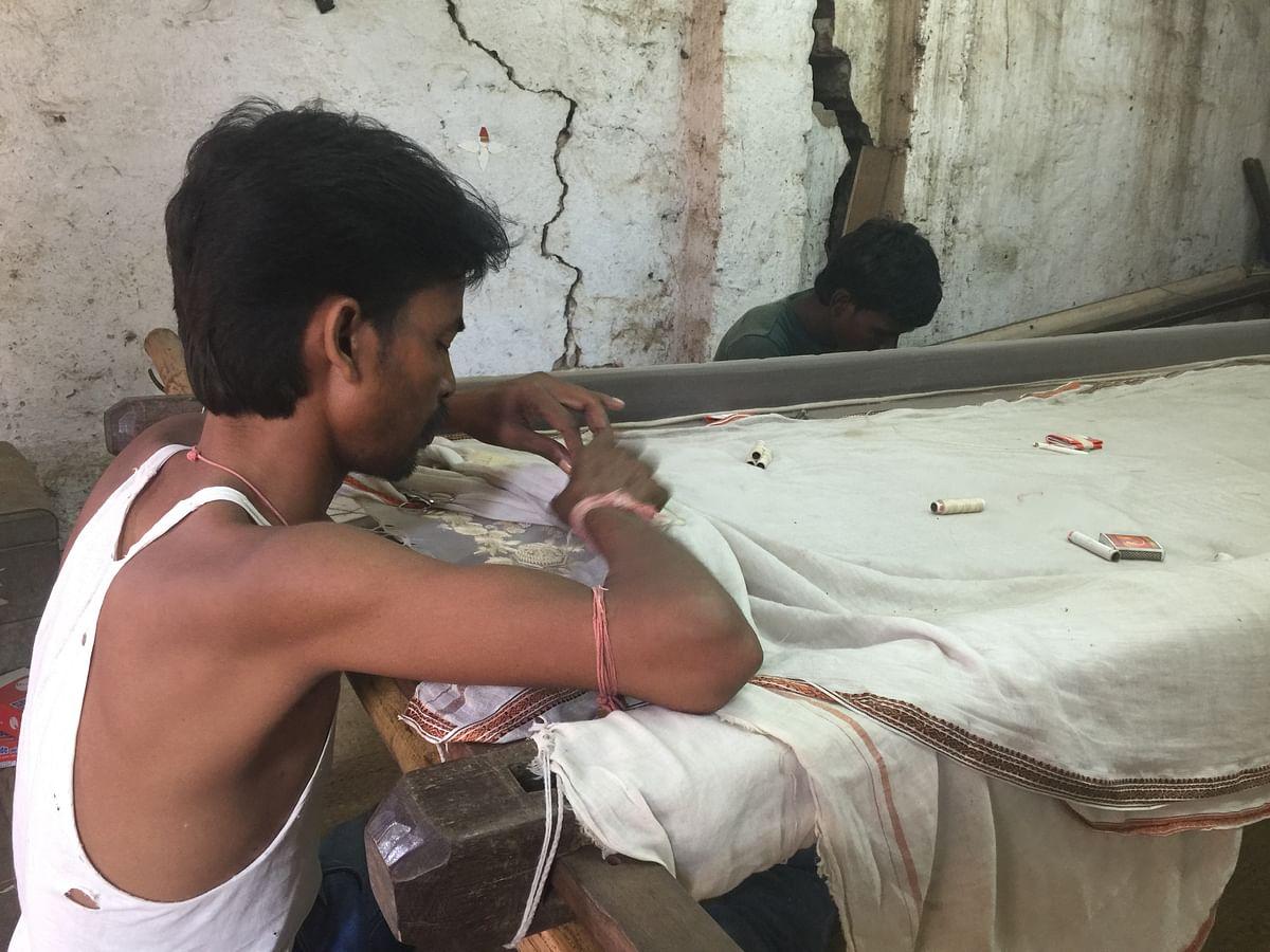 Shumit Dhoi, Guy working with <i>zari </i>on a charpai. (Photo: Sanjoy Deb)