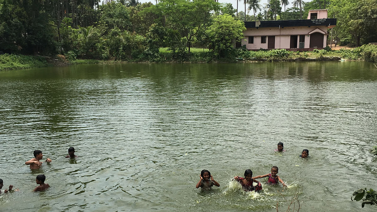 The village pond becomes a swimming pool as the children cool off in temperatures of upto 42 degrees! (Photo: Priya Virmani/ <b>The Quint</b>)