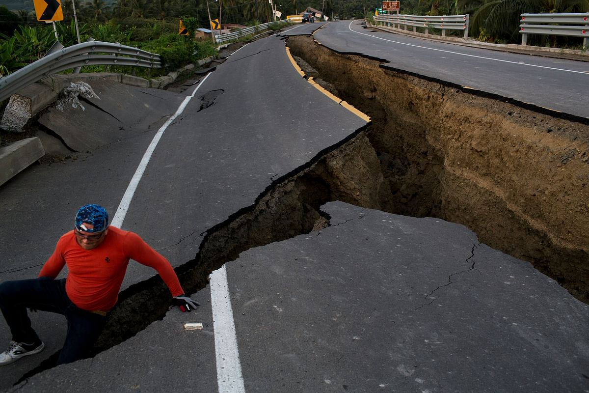 Pictures of a section of highway that collapsed due to a 7.8-magnitude earthquake, in Chacras, Ecuador. (Photo: AP)