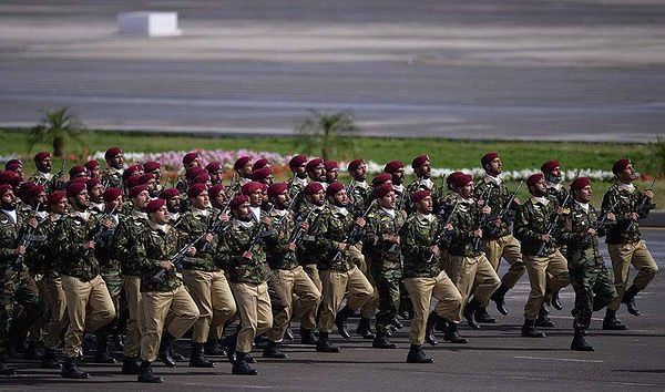 """The Army practising their drill ahead of Pakistan Day. (Photo: <a href=""""https://twitter.com/ThePakistanArmy/status/712598966626623488"""">Twitter/@ThePakistanArmy</a>)"""