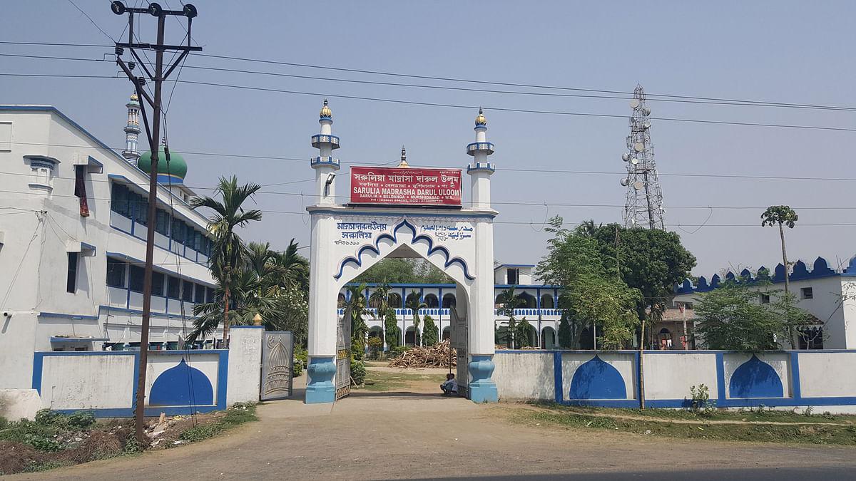 The grand facade of the madrassa in Sarulia in Beldanga, Murshidabad. (Photo: Chandan Nandy/ <b>The Quint</b>)