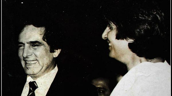"Feroz Khan with Amitabh Bachchan. (Photo courtesy: <a href=""https://twitter.com/MosesSapir"">@<b>MosesSapir</b></a>)<a href=""https://twitter.com/MosesSapir""></a>"