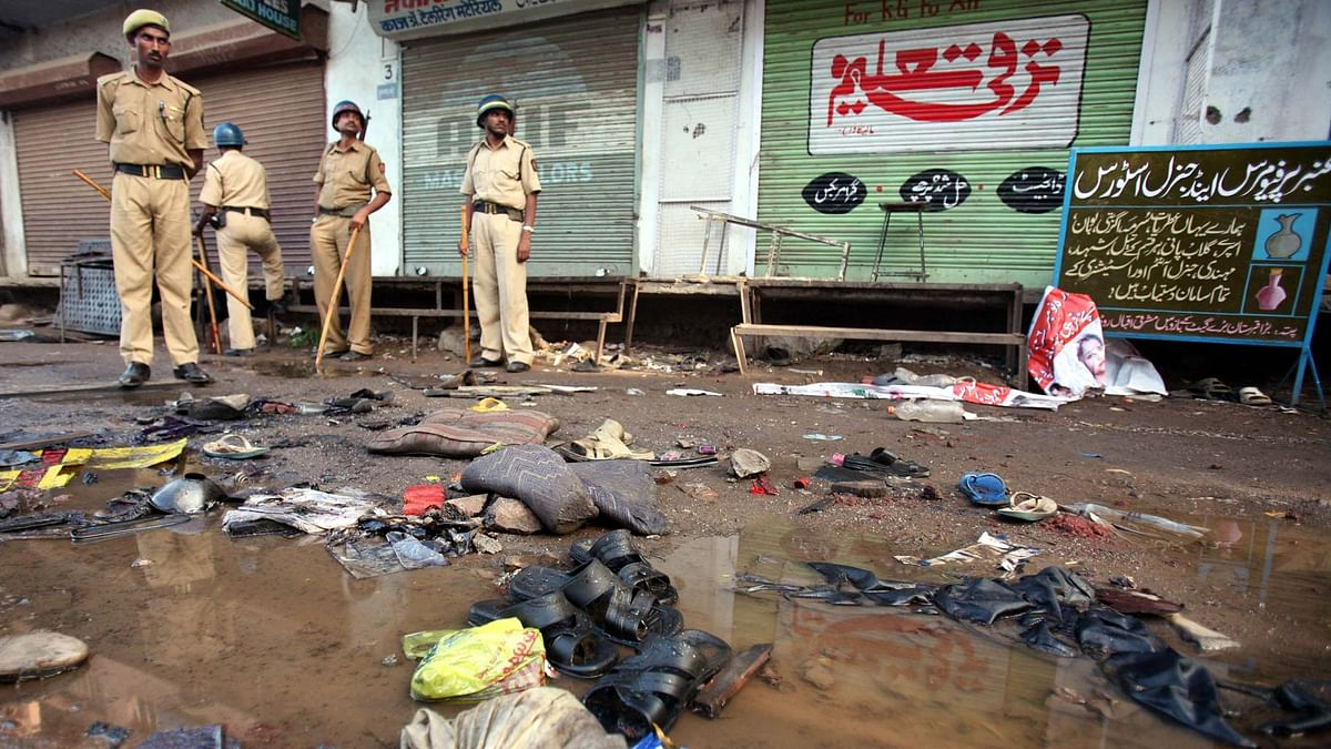 Police officials stand guard at a blast site outside a mosque in Malegaon, 260km (162 miles) northeast of Mumbai on 9 September 2006. (Photo: Reuters)