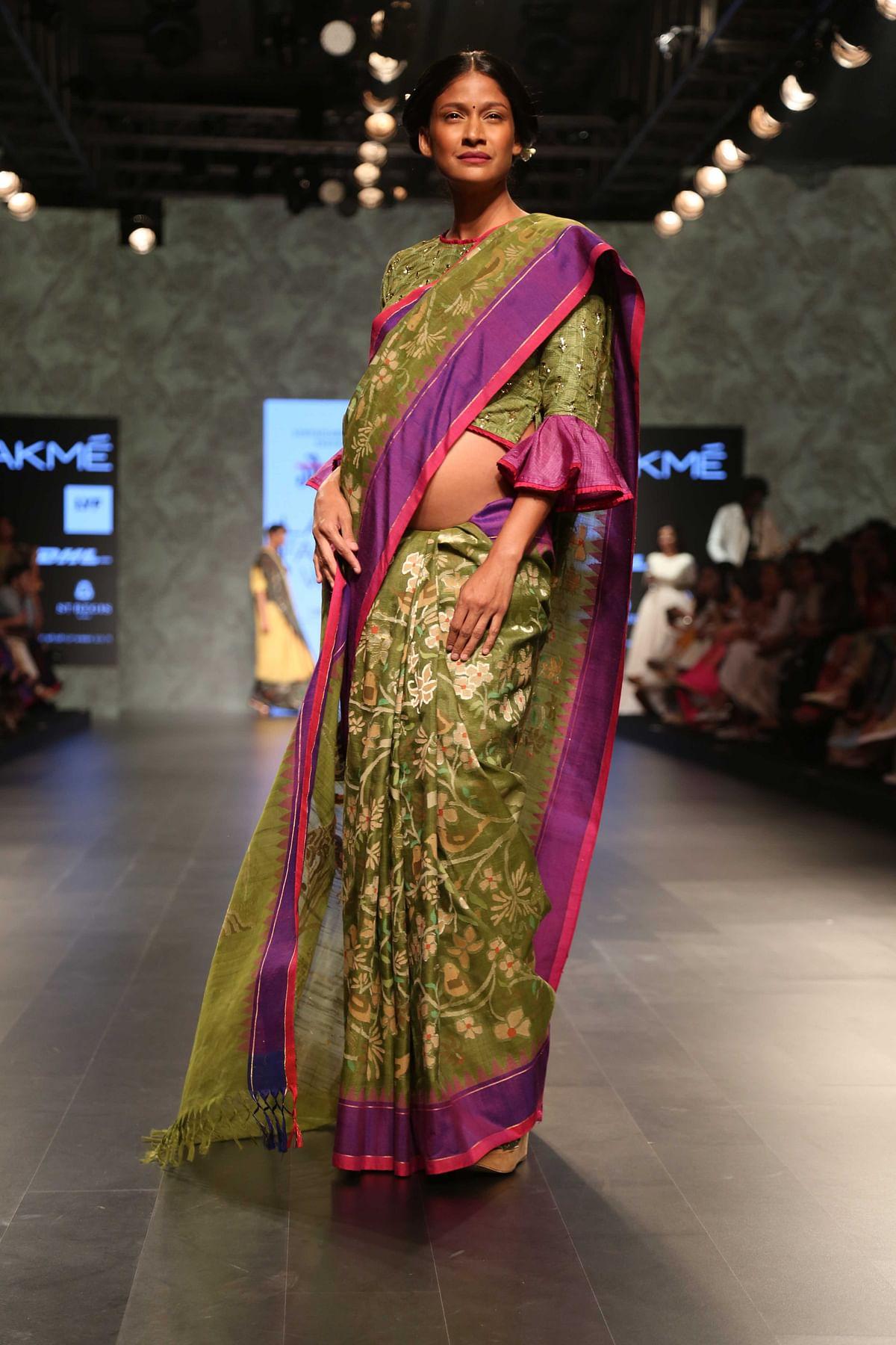 Carol Gracias walks the ramp for Gaurang Shah flaunting her pregnant belly! (Photo: Yogen Shah)